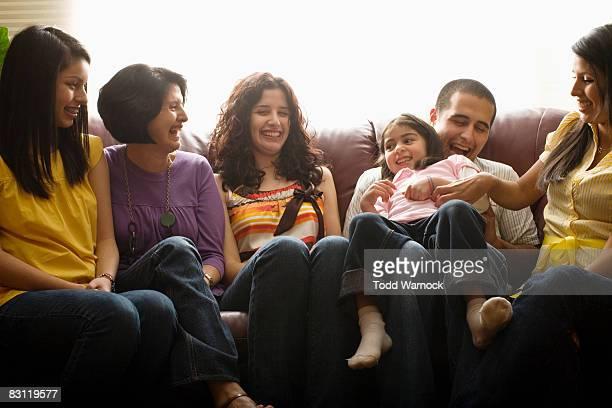 Familie lachen zusammen