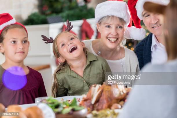 Familie lacht diner kerstverhaal