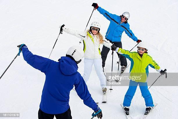 Famille apprendre à skier avec instructeur
