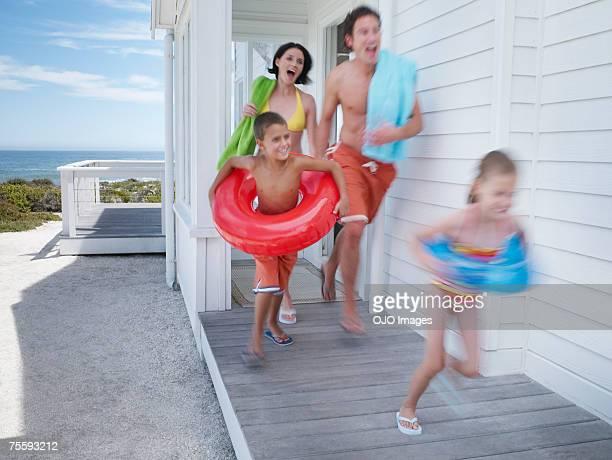 Eine Familie, die Ihre beach house mit der Ausrüstung