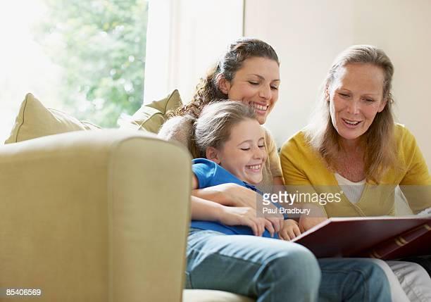 Familie Blick auf ein Foto-Fotoalbum