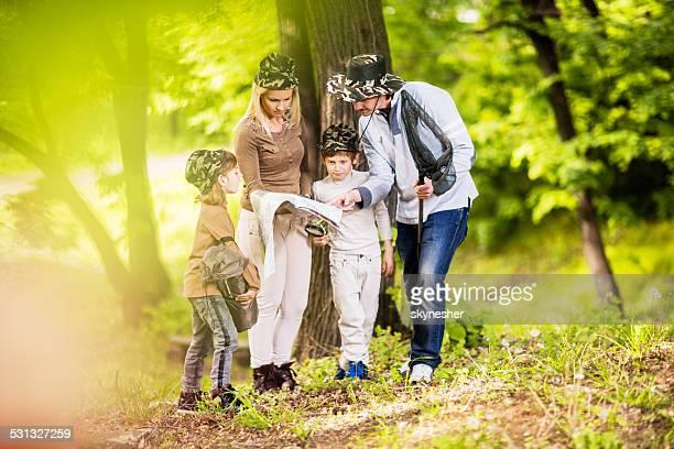 Familie Blick in die Karte in der Natur.