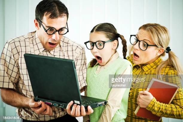 Família olhando para o computador com medo.