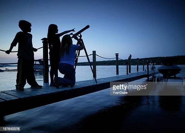 Famille regarder le strars depuis le ponton