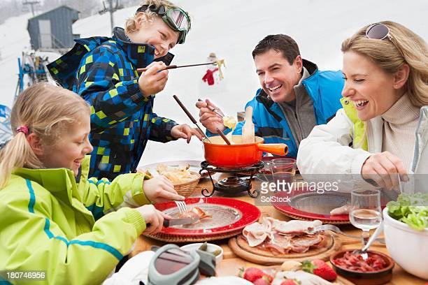 Famiglia pranzo sulle piste