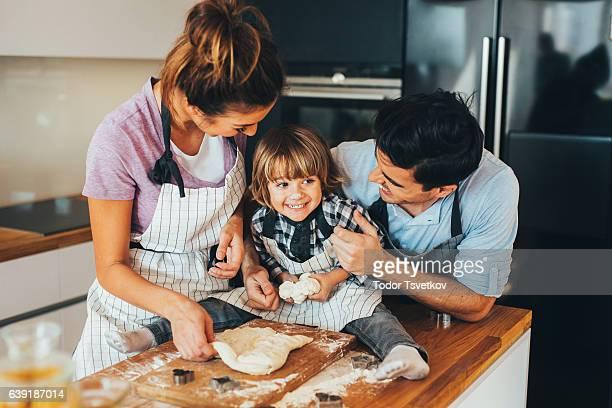 Familia hacen galletas en la cocina