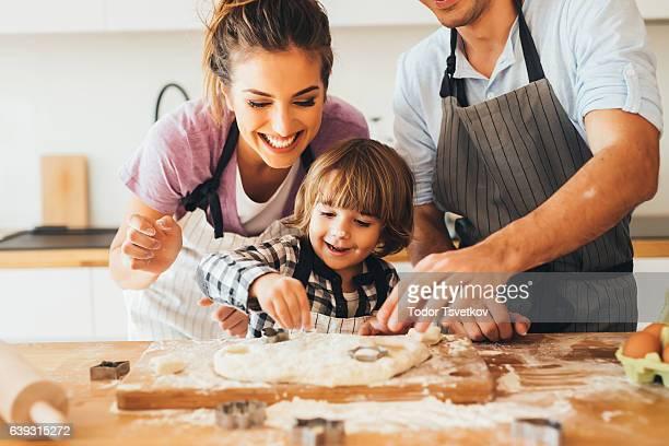 Familie in der Küche machen cookies