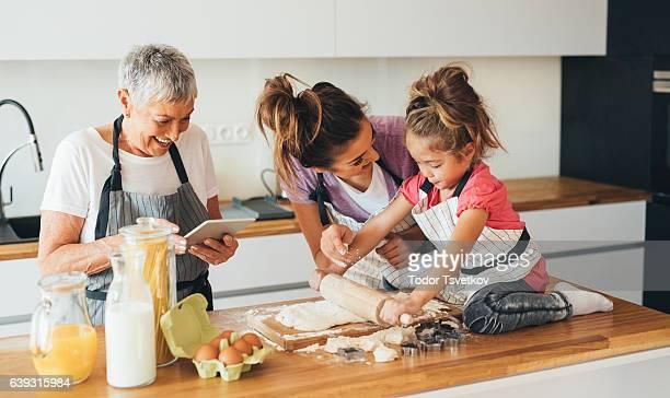 Famiglia in cucina rendendo i biscotti
