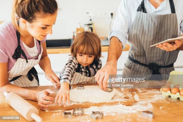 Famille à la cuisine, faire des cookies