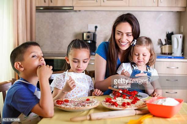 Famille faisant des pizzas