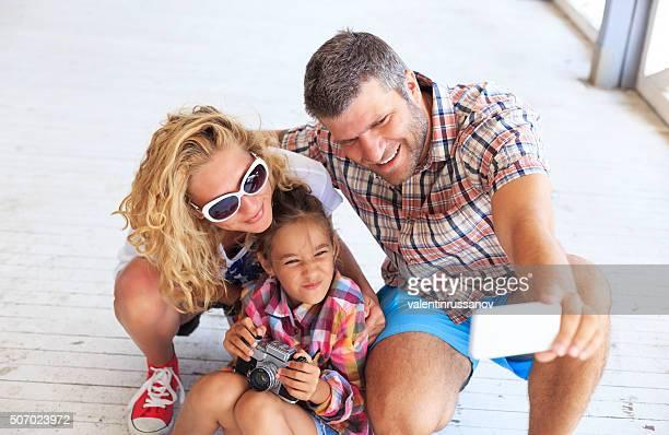 Famille faisant selfie sur la barrière