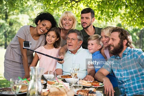 Famille faisant des autophotos