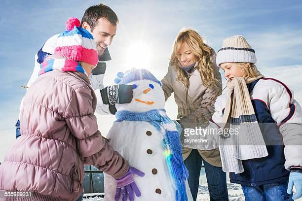 Familie machen Schneemann.
