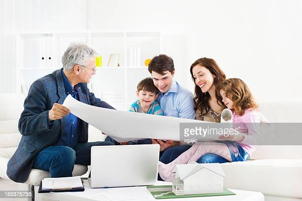 Familie treffen mit Architekten.