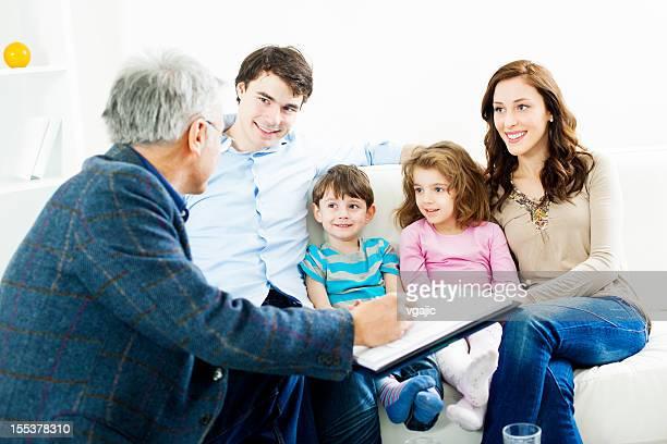 Familia reunión con asesor financiero
