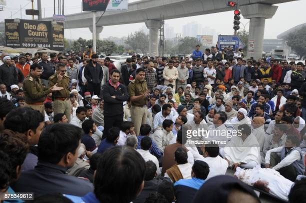 Family members and supporters blocked and protested with Shiv Kumars body on the sector 71 road and demanded the arrest of criminals on November 17...