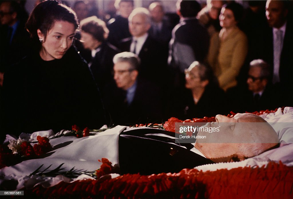 Family members at the coffin of Russian nuclear physicist Soviet dissident and human rights activist Andrei Sakharov lying in state at the Institute...