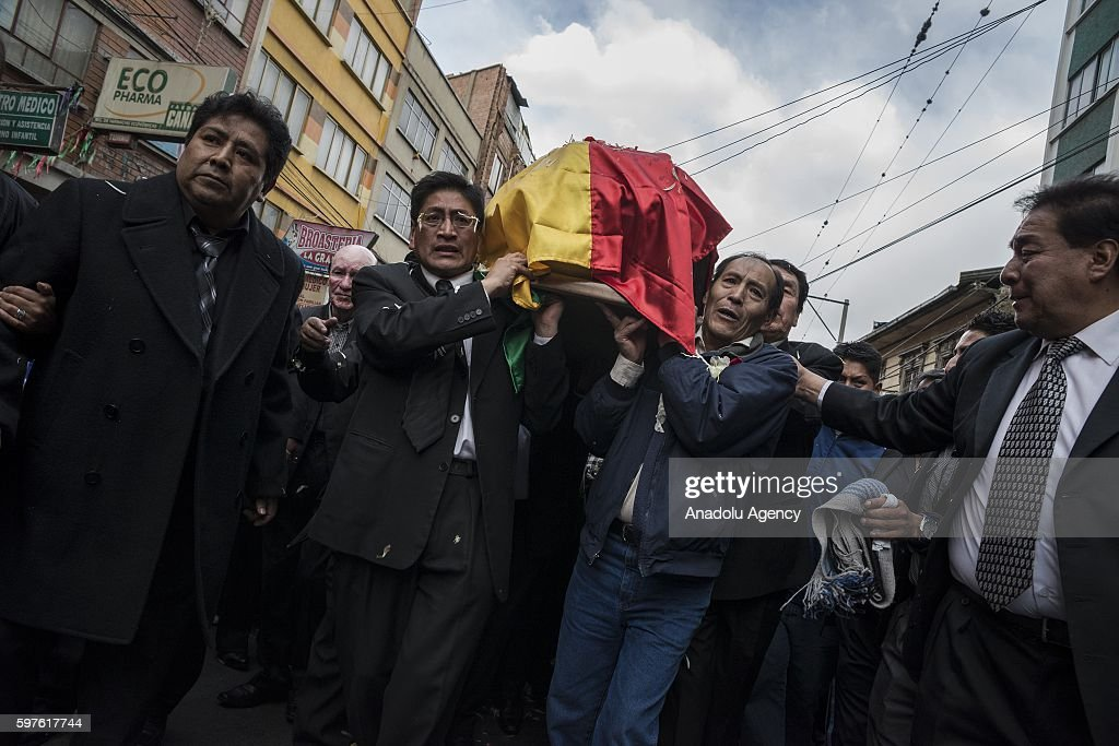Family members carry the coffin of Deputy Minister Rodolfo Illanes during his burial in La Paz Bolivia on August 28 2016 Deputy Minister of the...
