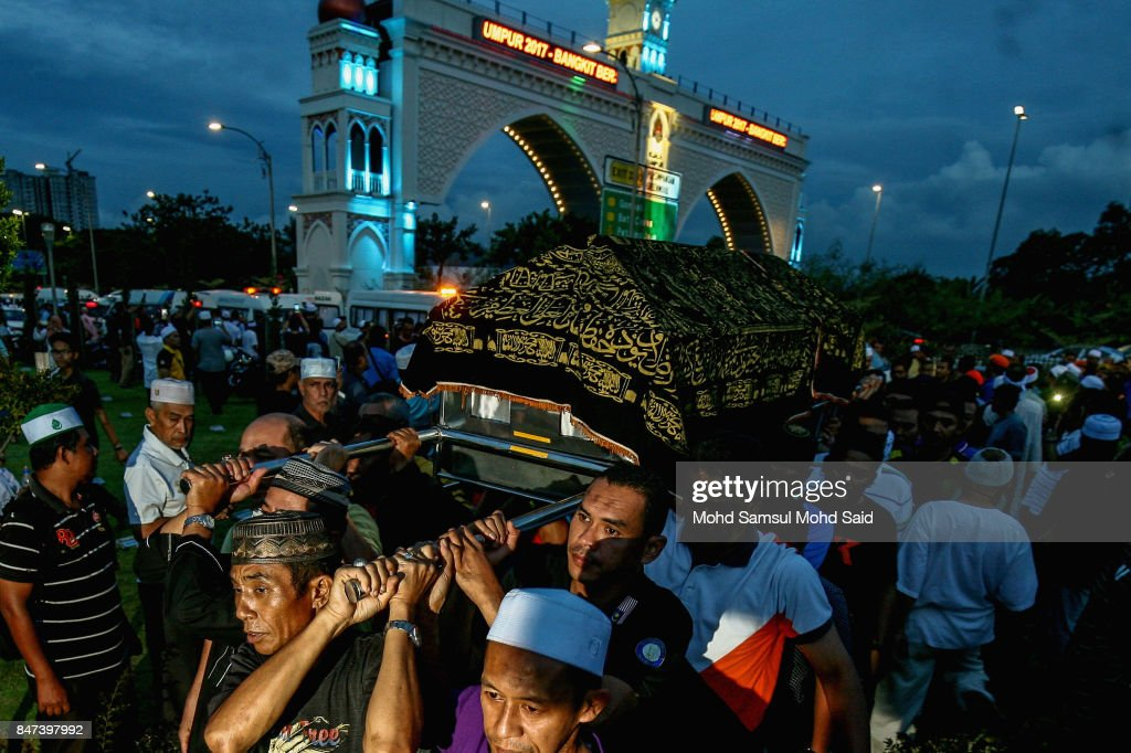 Family members lift a coffin during a mass funeral ceremony at the Raudhatul Sakinah cemetery for victims of the religious school Darul Quran Ittifaqiyah after a fire broke out yesterday on September 15, 2017 in Kuala Lumpur, Malaysia. A fire at the religious school in the Malaysian capital killed almost two dozen people including 21 students and two teachers.