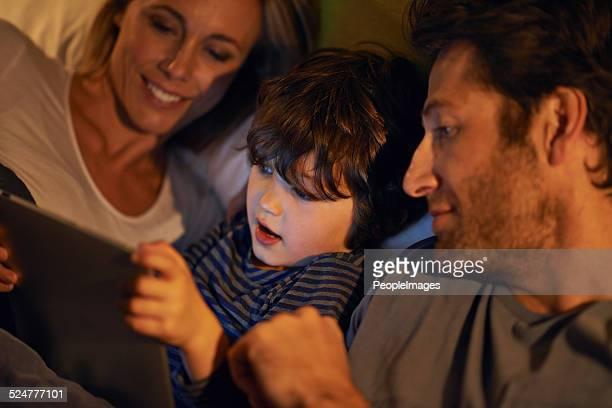 Soirée film en famille au lit