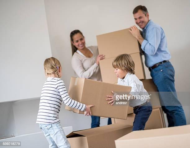 Famille se déplacer maison et ranger