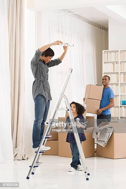 Famille se déplacer à la maison