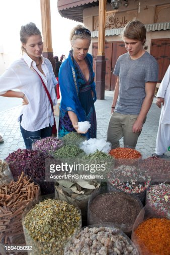 Family of 3 shop for spices in spice souk market : Foto de stock