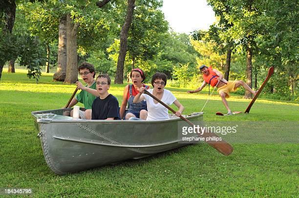 Lustige Familie von fünf, die zusammen in der freien Natur