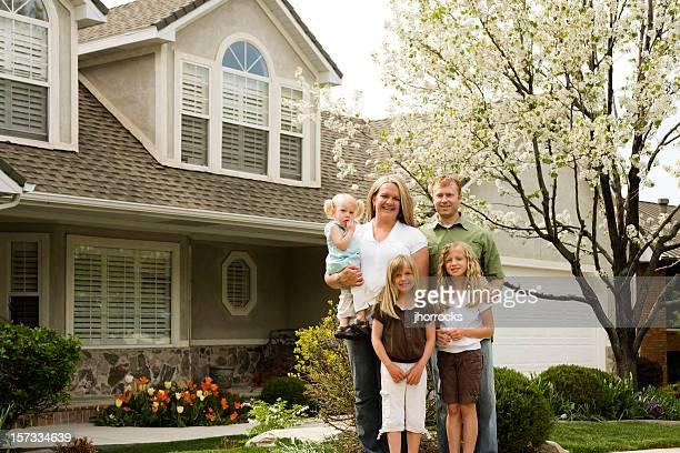 Famille de cinq à la maison
