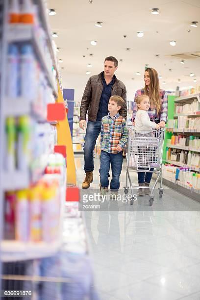 Famille de quatre personnes en supermarché