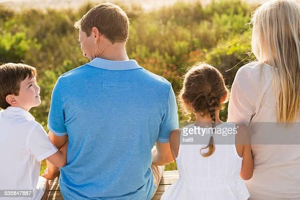 4 名のご家族のビーチ