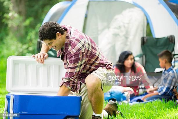 一連の 4 つの屋外テントでキャンプをする森、電源があります。