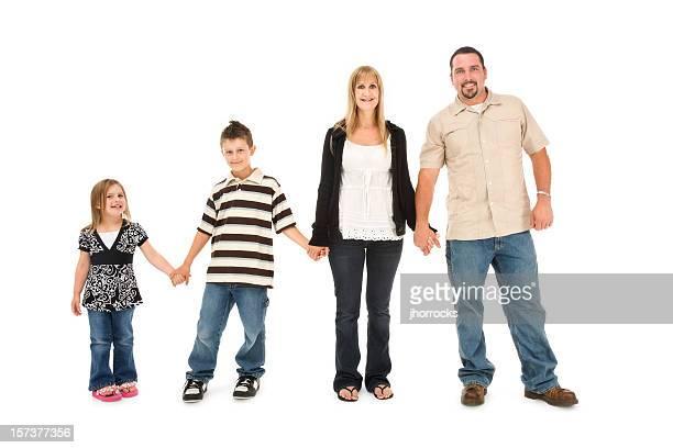 Famille de quatre personnes se tenant toujours les mains,