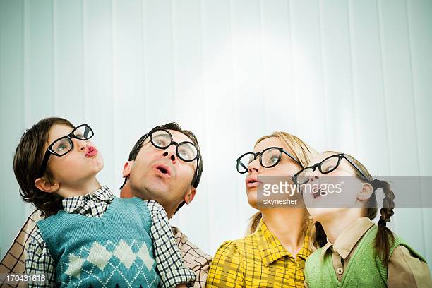 Famiglia di gli appassionati di guardare con stupore.