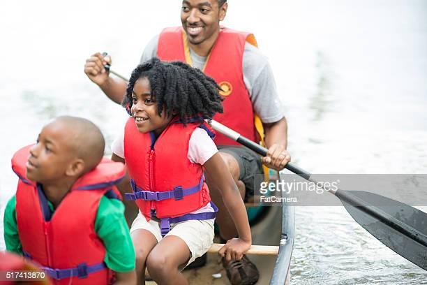 Famille à une excursion en canoë