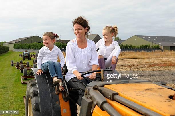 Família em um tractor