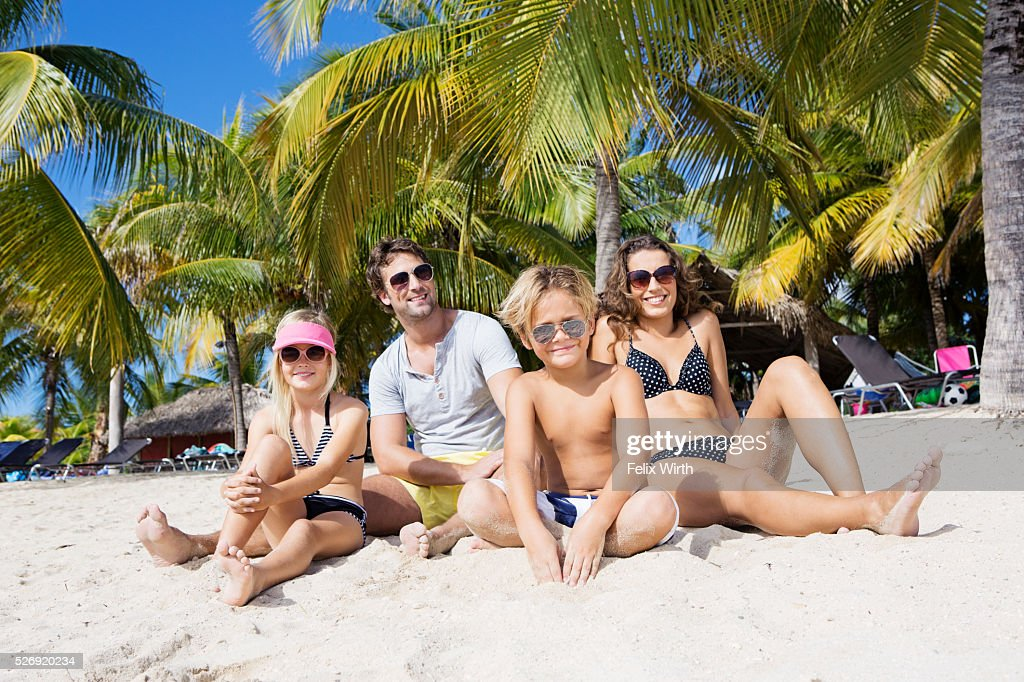 Family on beach on summer day : Stockfoto