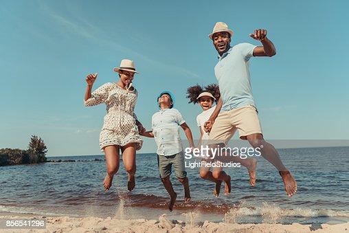 Familie am Strand : Stock-Foto