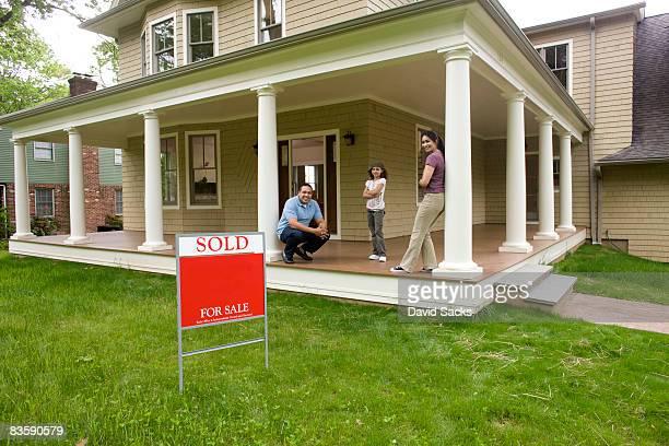 Familie auf der Veranda des neuen Zuhause