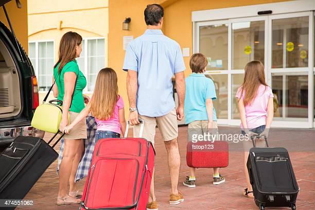 Familie Sommer Urlaub kommt im hotel.   Gepäck, der Eingang zum resort.