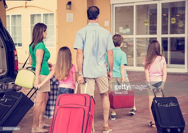 ご家族でのバカンスのホテルに到着します。お荷物、リゾートのエントランスに入ります。