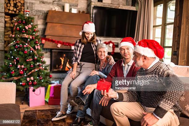Famille dans la salle de séjour de Noël