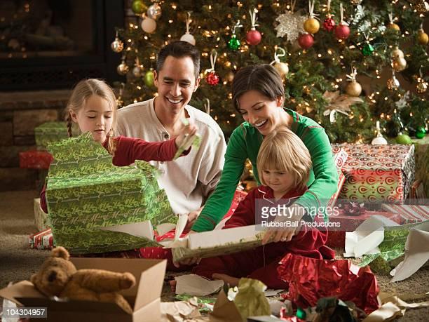 Famille ouverture Noël présente