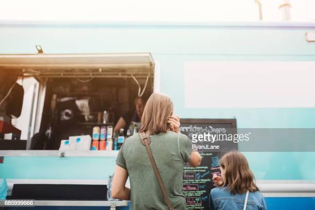 Familie bestellen bij Food Truck
