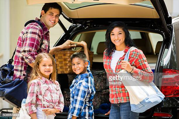 Famille emballage voiture pour partir en vacances.  Parents et enfants.