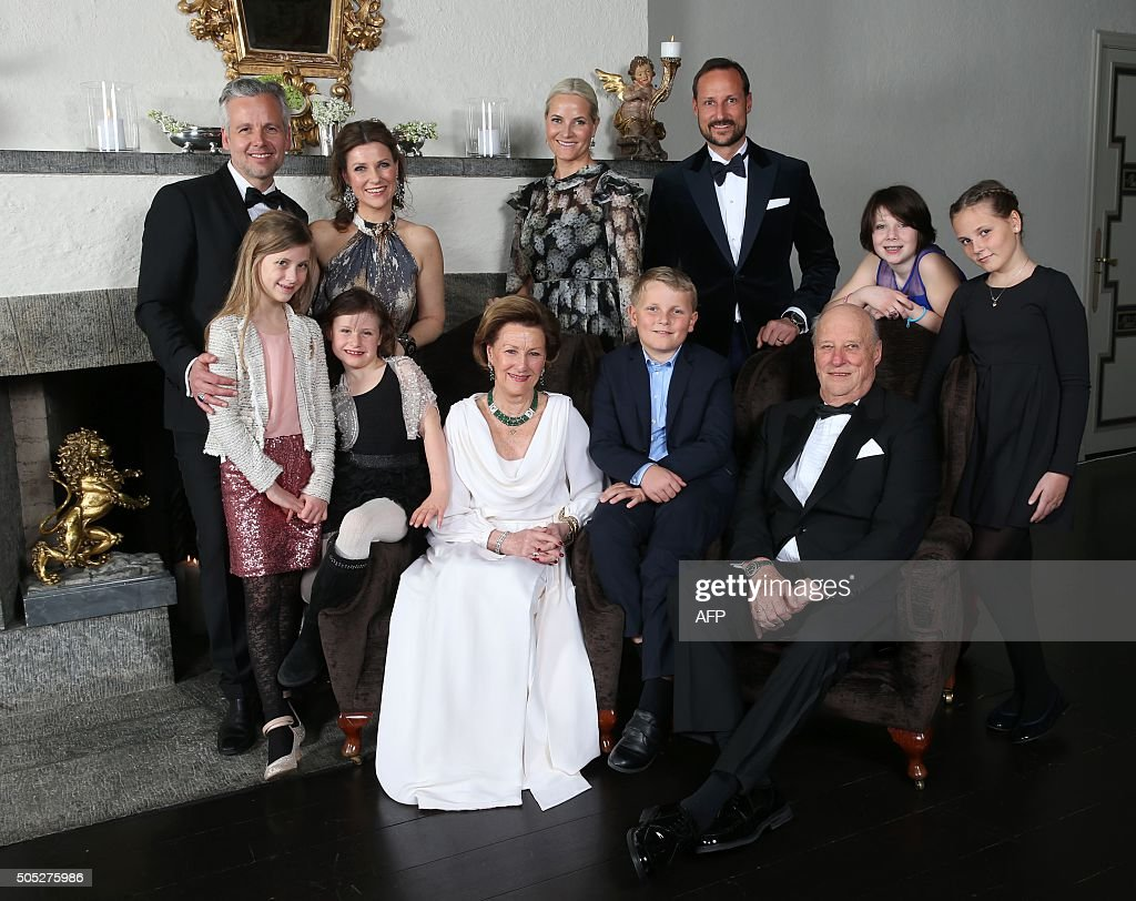 Family photo of the Norwegian Royal family, taken on the occasion of King Harald's 25th throne anniversary: Ari Behn, princess Märtha Louise, Leah Isadora Behn, Emma Tallulah Behn, queen Sonja, prince Sverre Magnus, king Harald, crown princess Mette Marit, crown prince Haakon, Maud Angelica Behn and princess Ingrid Alexandra at the crown prince couple´s residence at Skaugum. / AFP / NTB SCANPIX / Aserud, Lise / Norway OUT
