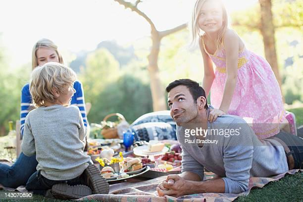 Familie mit einem Picknick im Gras