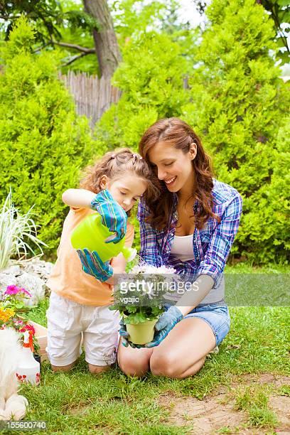 Família Plantando flores em conjunto.
