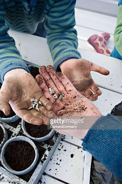 Familie Aussaat der Samen in den Frühling.