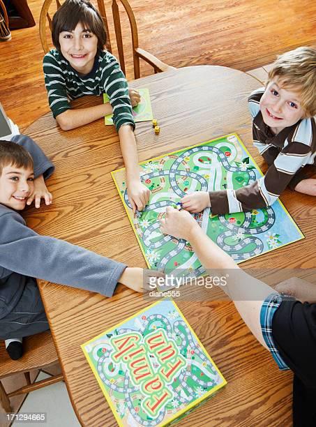 Famiglia giocando il gioco da tavolo insieme